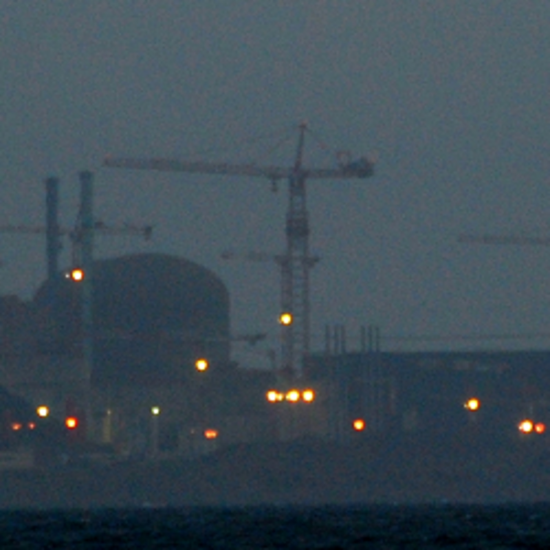 Atomkraftwerk Flamanville bei Nacht, Foto: Morpheus2309 [CC BY-SA 2.0 (https://creativecommons.org/licenses/by-sa/2.0)]
