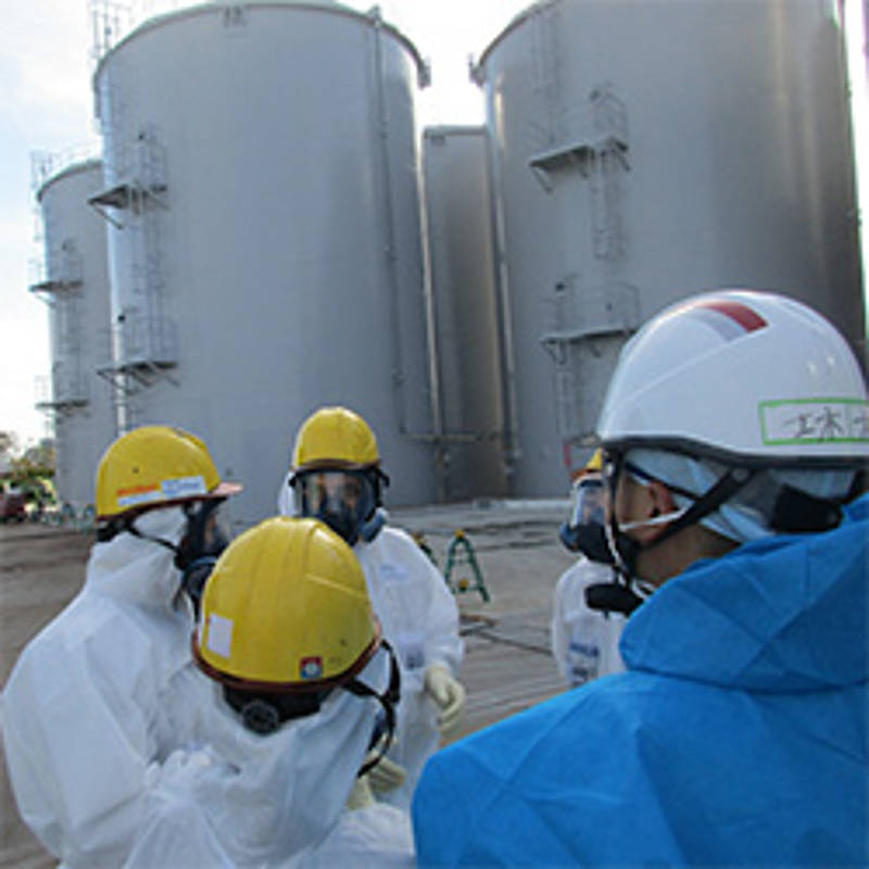 IAEO-Inspektion in Fukushima Dai-ichi am 7. November 2018 vor den Wassertanks, Foto: Tepco