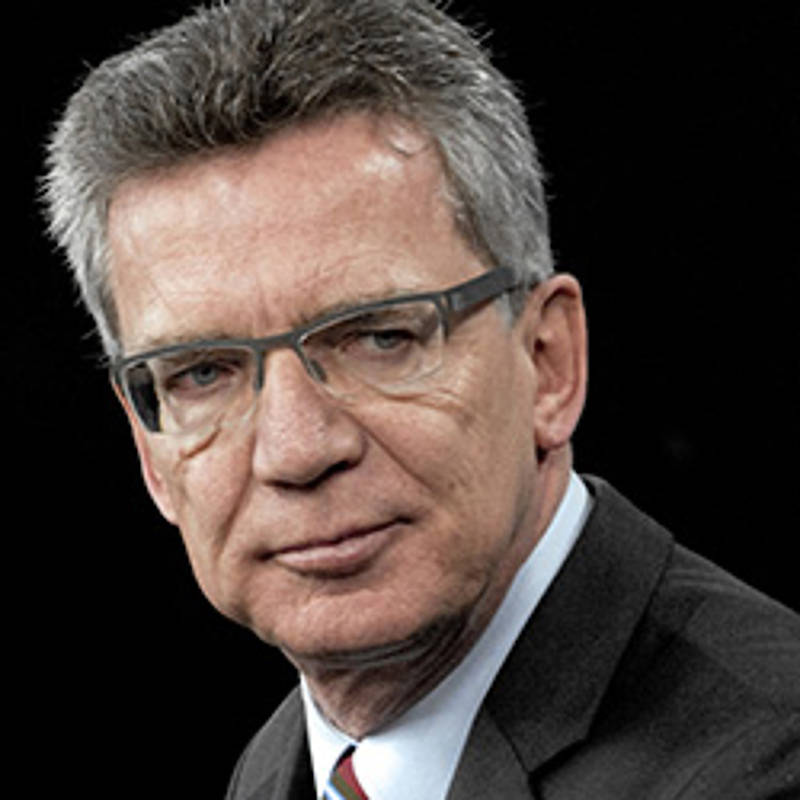 Thomas de Maizière, Foto: MC1 Chad J. McNeeleyderivative work: MagentaGreen, Datei wurde abgeleitet 120216-D-TT977-152.jpg:, Gemeinfrei, https://commons.wikimedia.org/w/index.php?curid=35364217